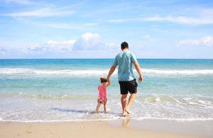 padre e figlia sulla spiaggia